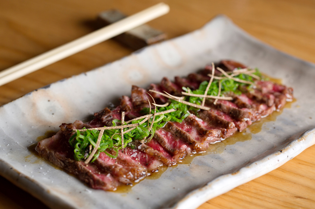 freshly seared wagyu sirloin tataki with black truffle ponzu wagyu no tataki kuro toryufu ponzu gake 2