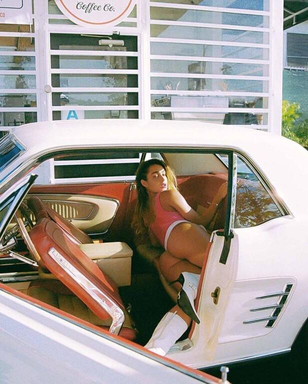 Η Somer Ray προτιμάει το μαγιό για το αυτοκίνητο