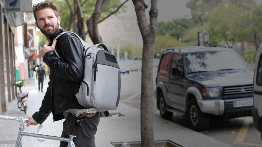 Αυτή η τσάντα δεν φτιάχνει καφέ, αλλά μπορεί να φορτίσει το κινητό σου
