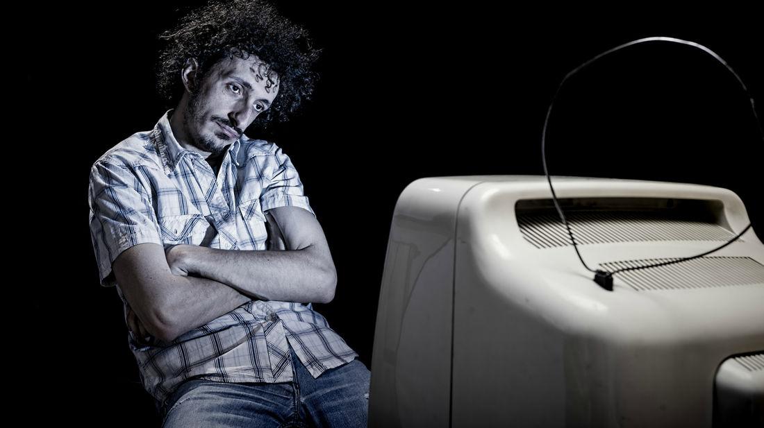 Γιατί η Ελληνική Τηλεόραση αφήνει στην απ' έξω τους άντρες;