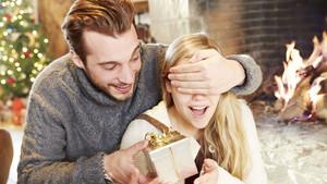 Δεν ξέρεις τι χριστουγεννιάτικο δώρο να πάρεις στην κοπέλα σου; Μην ανησυχείς, σου έχουμε τη λύση!