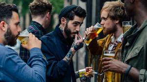 Όσο συχνότερα πηγαίνεις για μπύρες, τόσο πιο ευτυχισμένος γίνεσαι