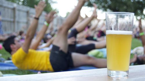 Κάνεις γιόγκα και «κατεβάζεις» μπίρες
