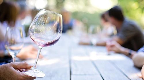 Τα Ελληνικά Κρασιά που θα αναστήσουν το πασχαλινό σου τραπέζι
