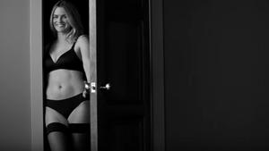 Μια διαφήμιση για γυναικεία εσώρουχα υμνεί τον ερωτισμό της διπλανής πόρτας