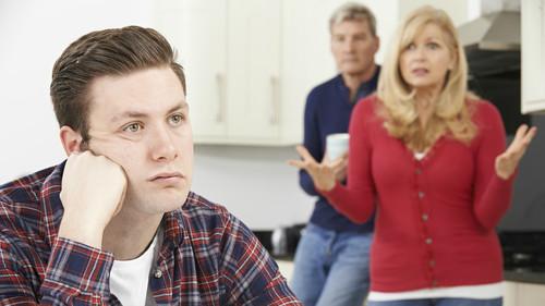 Είναι τόσο κακό να μένω ακόμα με τους γονείς μου;