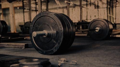 Μία μπάρα και επτά ασκήσεις για να χάσεις κιλά