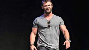 Αν είναι να φορέσεις μπλουζάκι με V, κάντο όπως ο Hemsworth