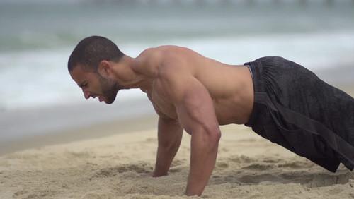 18 καθαρά λεπτά γεμάτα ιδρώτα και άμμο