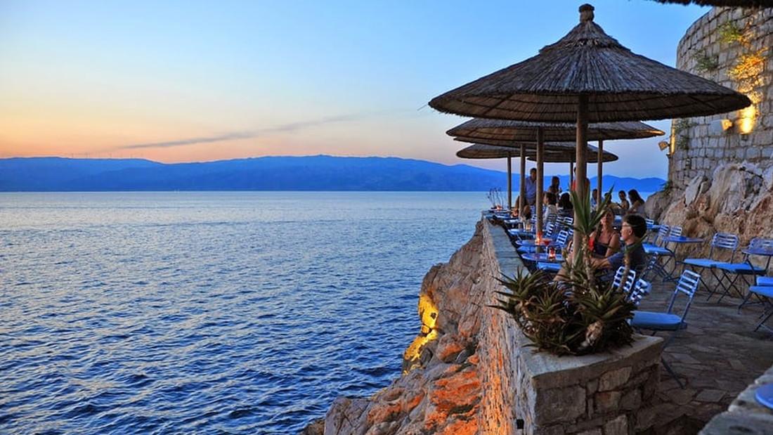 Πήγαινε σε αυτά τα 10 ελληνικά beach bars χτες