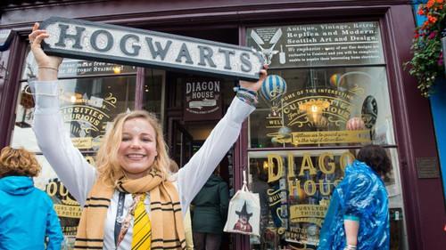 Ένα μαγαζάκι στο Εδιμβούργο ζωντανεύει όλο το σύμπαν του Χάρι Πότερ