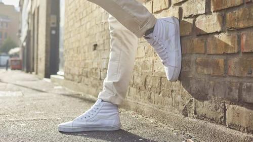 8 ολοκαίνουργια λευκά sneakers για να φορέσεις το φθινόπωρο