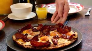 Τα αυγά με μπέικον είναι πιο εθιστικά σε μία βάση από τηγανητή πατάτα