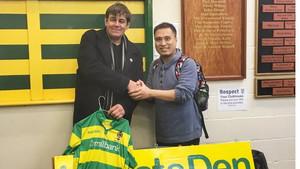 Αυτός ο Κινέζος ταξίδεψε Αγγλία για να γνωρίσει την ομάδα που έπαιρνε στο Manager