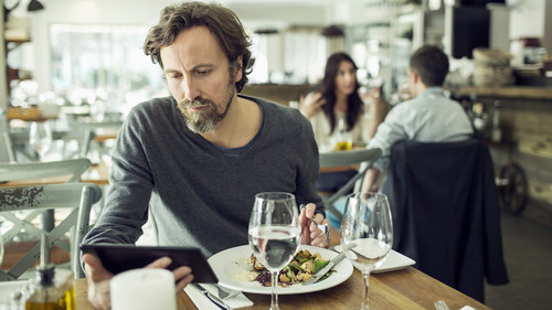 Η ιεροτελεστία του να τρως μόνος σου έξω