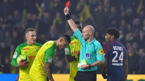 Γάλλος διαιτητής κλώτσησε παίκτη και μετά τον απέβαλε. Τον παίχτη. Ο διαιτητής.