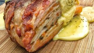 Πίτα με λουκάνικο-πατάτες-τυρί και τυλιγμένη με μπέικον;
