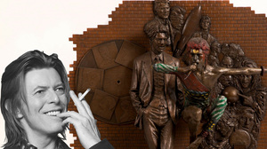 Ο David Bowie μπορεί πλέον να χαμογελά κοιτάζοντας από ψηλά το ΟΛΟΔΙΚΟ του άγαλμα