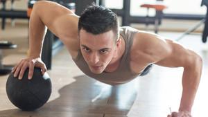 Τα push ups με medicine ball είναι ό,τι καλύτερο για το κορμί σου