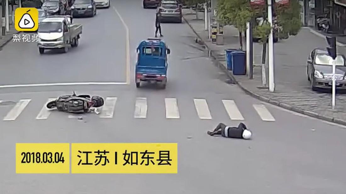 Ονείρωξη: Οδηγοί κυνηγούν και πιάνουν ασυνείδητο που το έσκασε αφού χτύπησε μηχανάκι