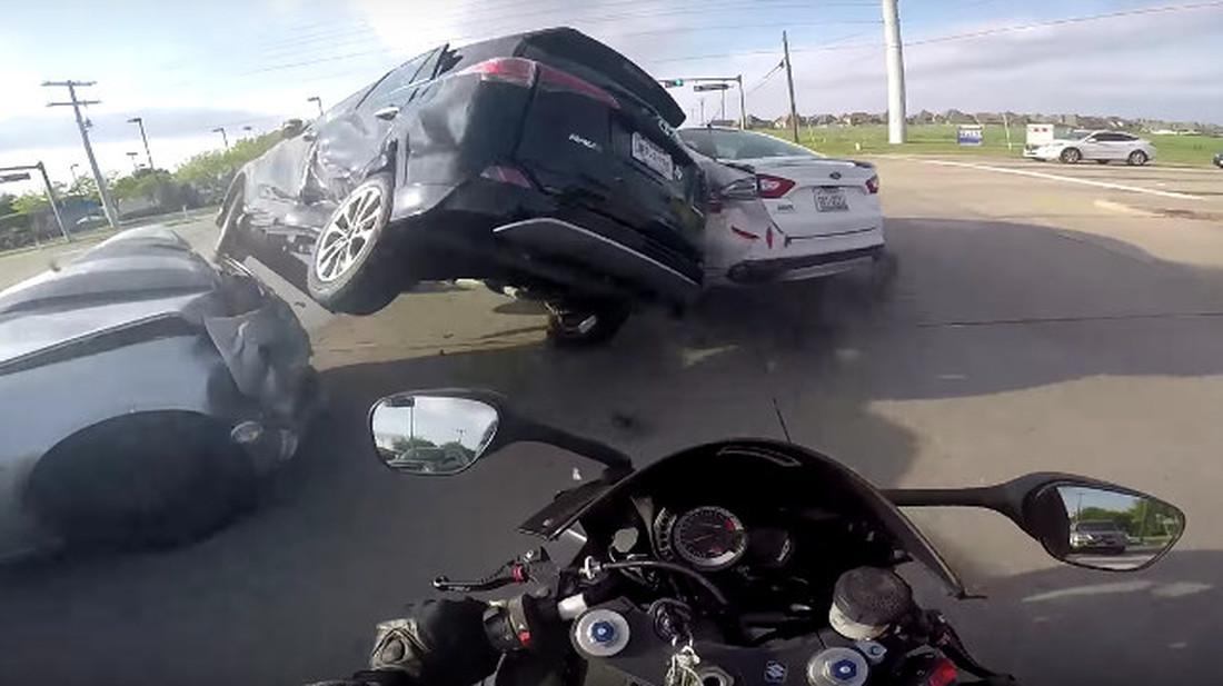 Μοτοσικλετιστής παραλίγο να δει τα ραδίκια ανάποδα, τελικά ξαπλώνει ανακουφισμένος στο γκαζόν