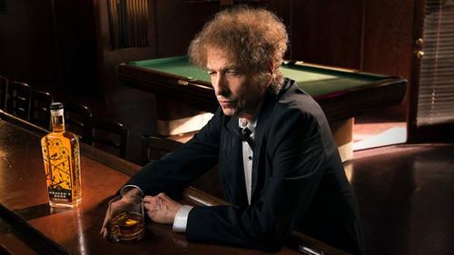 Να κεράσουμε ένα ουίσκι από τα χεράκια του Bob Dylan;
