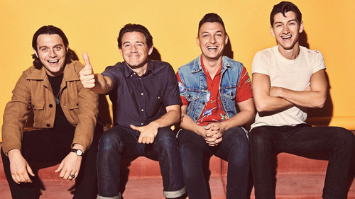 «Μου λείπει εκείνος ο ωμός, άναρχος ήχος των Arctic Monkeys»