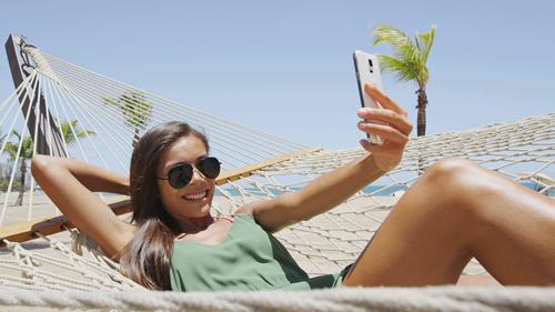 Ανεβάζετε φωτό από παραλία ενώ είστε στο γραφείο… ΕΙΣΤΕ ΤΕΛΕΙΩΣ ΖΑΒΕΣ;