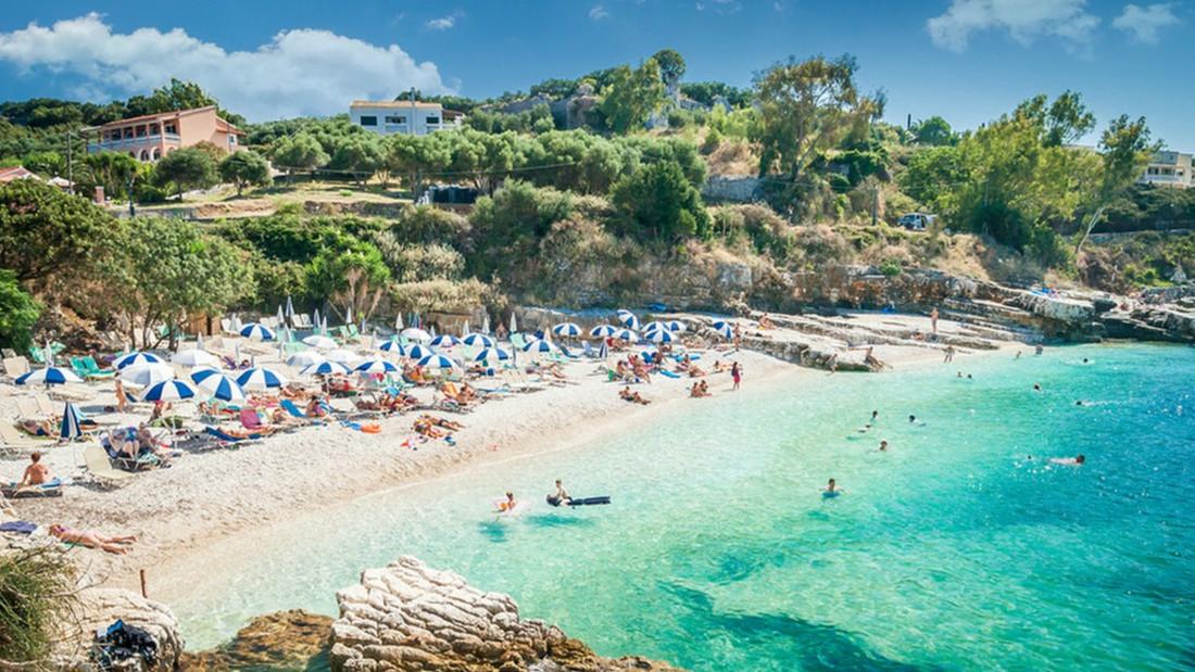 Εσύ απολαμβάνεις την ανοργάνωτη παραλία ή προτιμάς τα beach bars;
