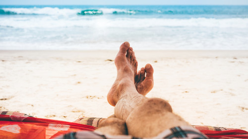 Αγαπητέ φίλε, τα νύχια των ποδιών σου ΔΕΝ μας περνάνε απαρατήρητα το καλοκαίρι