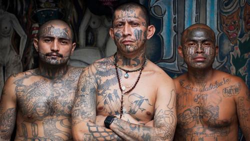 «Που θα βρεις παιδί μου δουλειά με τόσα τατουάζ;»