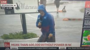 Ρεπόρτερ κάνει πως τον παρασύρει ο τυφώνας αλλά οι από πίσω του περπατάνε χαλαροί