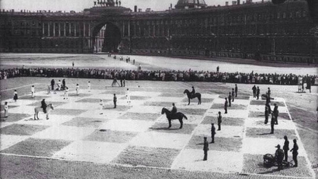 Σε πιάνει ένα κάποιο δέος μπροστά στη φωτογραφία με το ανθρώπινο σκάκι στην πλατεία του Λένινγκραντ