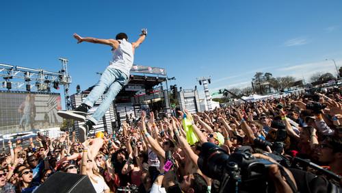 Τύπος επιχειρεί crowdsurfing, του βγαίνει το παντελόνι, ο κόσμος από κάτω «ανοίγει» πανικόβλητος