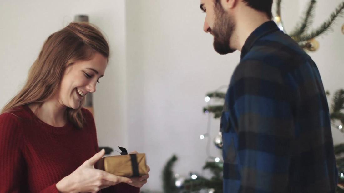 «Τι δώρο να της πάρω»: Πώς θα ξεπεράσεις εύκολα τον μεγαλύτερο «πονοκέφαλο» των γιορτών