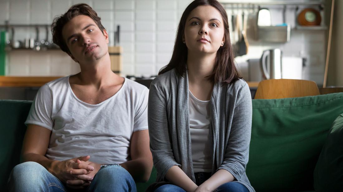 Η ερώτηση που πρέπει να κάνεις στον εαυτό σου, όταν νιώσεις πως βαριέσαι στη σχέση σου