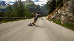 Skater κατεβαίνει τις Άλπεις με ταχύτητες καταδιωκτικού