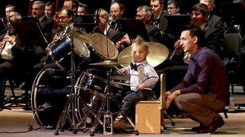Παιδάκι 3 χρονών παίζει ντραμς σαν να είναι ο Mason των Pink Floyd