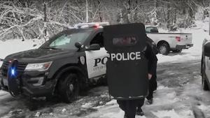 Αστυνομικοί επιτίθενται σε παιδιά (και πολύ το ευχαριστηθήκαμε)