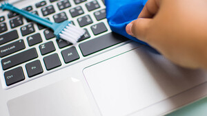 6 απλά και εύκολα tips για να καθαρίσεις κινητό και PC