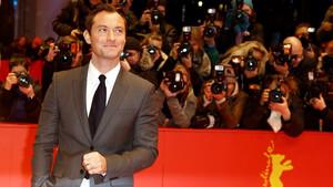 O Jude Law κάνει κάτι πολύ κομψό όταν φοράει το σακάκι του
