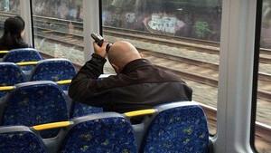 Τραγικός: Άρχισε να ξυρίζεται μέσα στο τρένο!