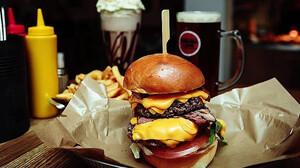 Τα παχυντικά φαγητά σε οδηγούν στην κατανάλωση αλκοόλ