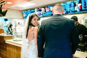 Το είδαμε και αυτό: Νεόνυμφοι έκαναν το τραπέζι του γάμου σε… fast food!