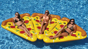 Μετά τα φλαμίνγκο και τους μονόκερους, έχουμε και φουσκωτά κομμάτια πίτσας
