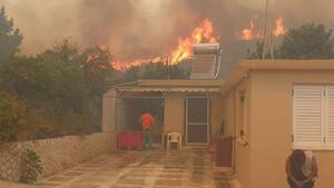 Φωτιά στη Ζάκυνθο: Οι φλόγες έφτασαν στο χωριό Κερί - Εκκενώνονται τα πρώτα σπίτια