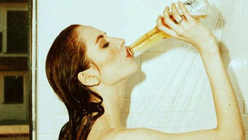 Η επιστήμη λέει πως είναι καλό να πίνεις μπίρα όσο κάνεις μπάνιο