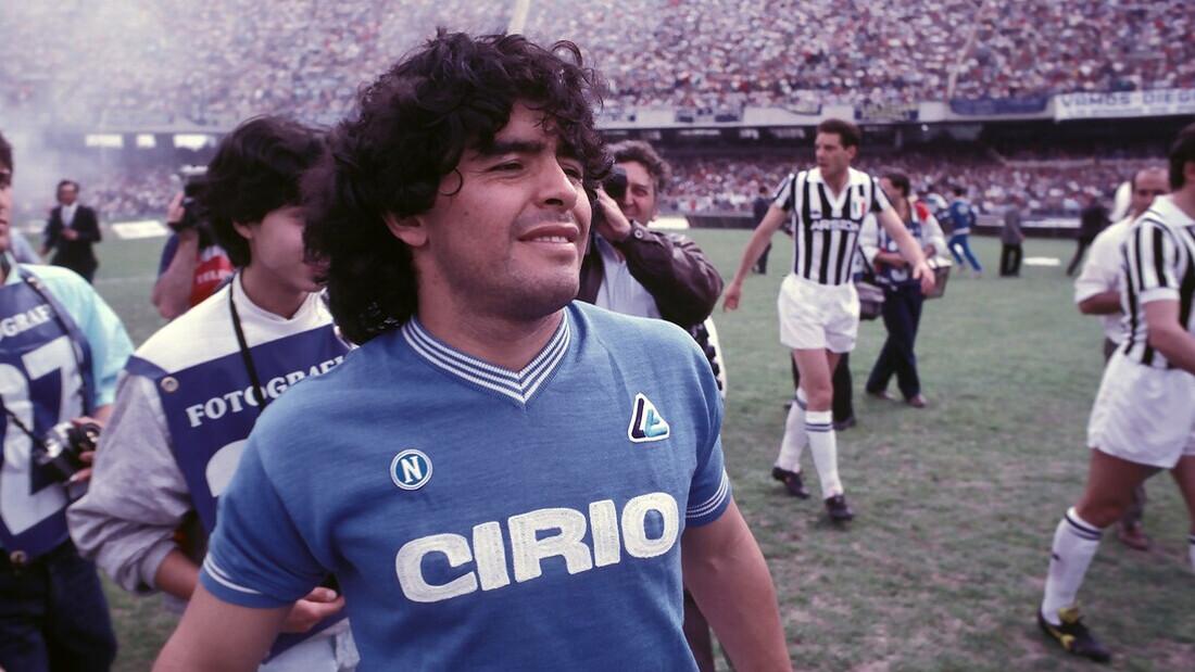 Ο θρύλος Diego Maradona βάζει γκολ στην μεγάλη οθόνη