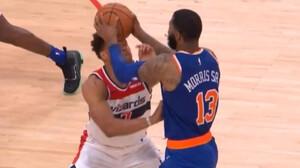Τρομερός καβγάς: Πρώτα τον χτύπησε με αγκώνα και μετά με την μπάλα!