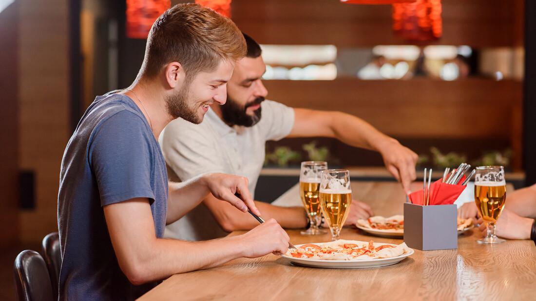 Γιατί τρώτε την πίτσα με μαχαιροπίρουνο;